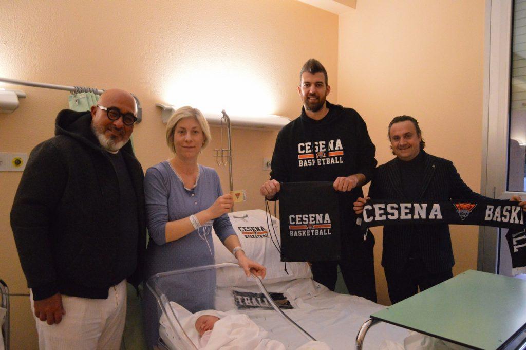 La Amadori Tigers Cesena consegna l'abbonamento a vita alla piccola Anna